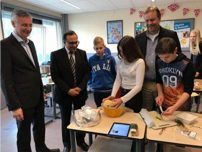 Northgo leerlingen tonen hun kookkunsten aan de Indiase ambassadeur